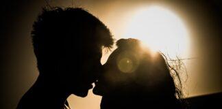 kiss-691995_1920